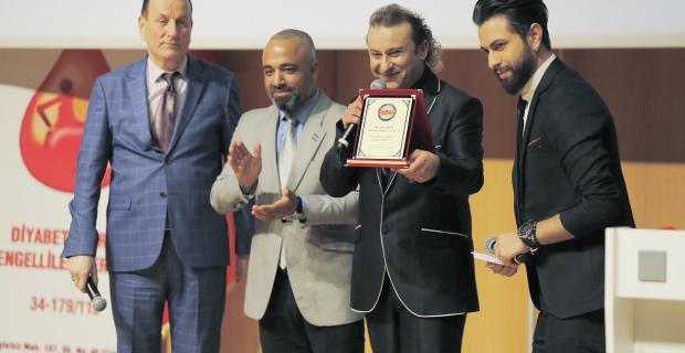 Onur Akay'a 'Yılın Sanatçısı' ödülü!