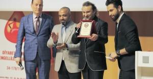 Onur Akay'a 'Yılın Sanatçısı' ödülü