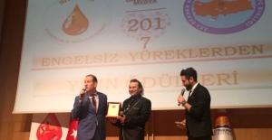 Onur Akay'a yılın sanatçısı ödülü